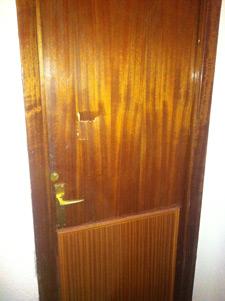 Arreglar puerta rota por patada losas prefabricadas para for Como arreglar una puerta de madera